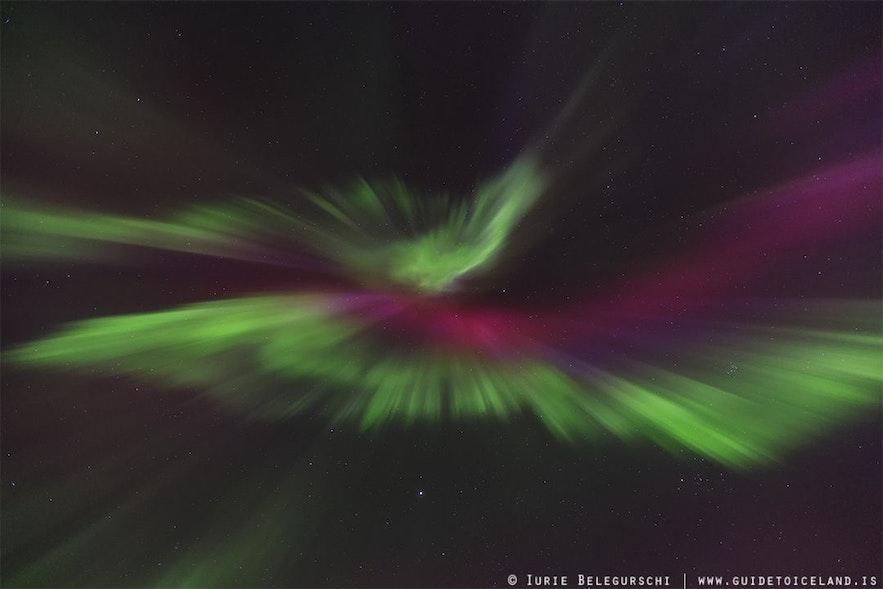 Rencontre d'aurores boréales colorées dans le ciel islandais