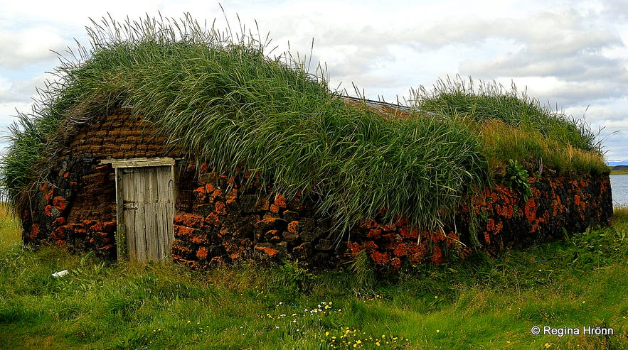 An old outhouse at Grænavatn turf house