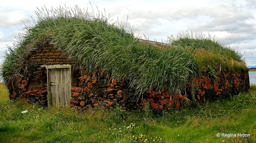 The Majestic Grænavatn Turf House at Mývatn an outhouse