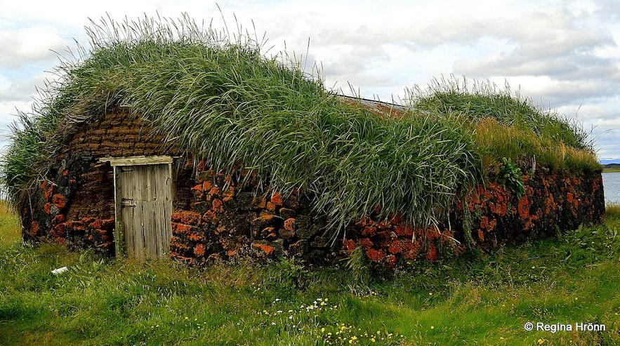 The Majestic Grænavatn Turf House at Mývatn an outhouse