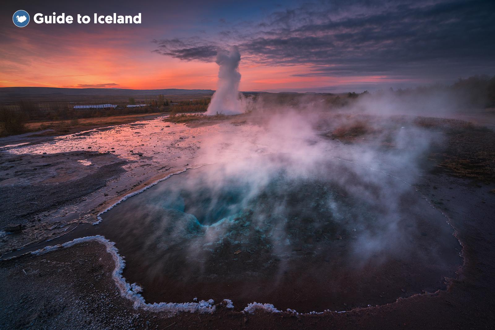 규칙적으로 뜨거운 물길을 쏟아내는 스트로쿠르 간헐천! 아름다운 광경을 감상할 수 있습니다.