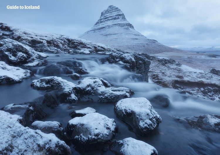Les plaines glacées au pied de la montagne la plus photographiée d'Islande, Kirkjufell.