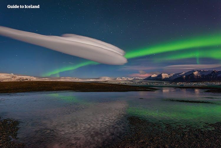 Les magnifiques aurores boréales jouent dans le ciel et recouvrent le lagon glaciaire de Jökulsárlón.