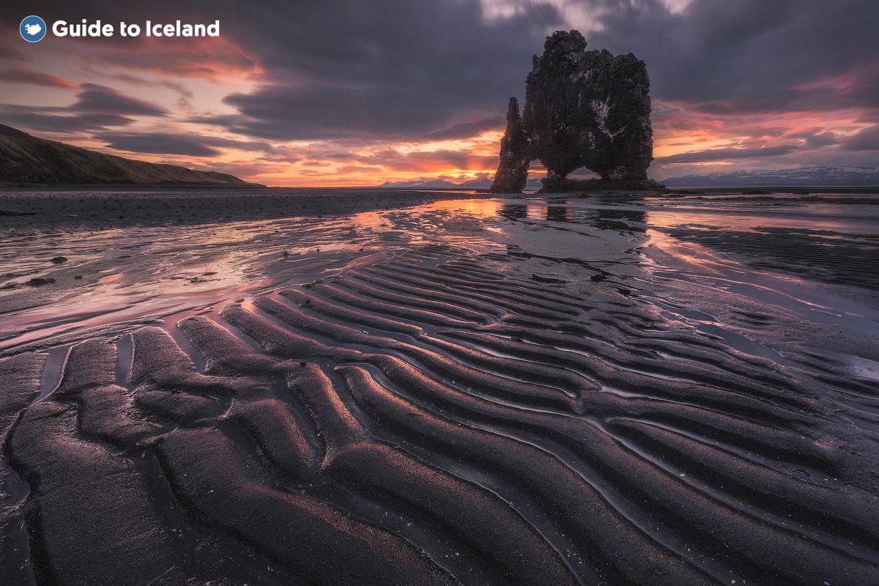 Formacja skalna Hvítserkur, wyróżniająca się w krajobrazie, która leży tuż przy wybrzeżu w północnej Islandii.