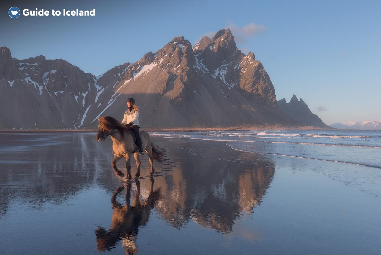 Góra Vestrahorn wyznacza granicę między wschodem a południem na Islandii, stojąc dumnie nad półwyspem Stokksnes na południowo-wschodnim wybrzeżu.