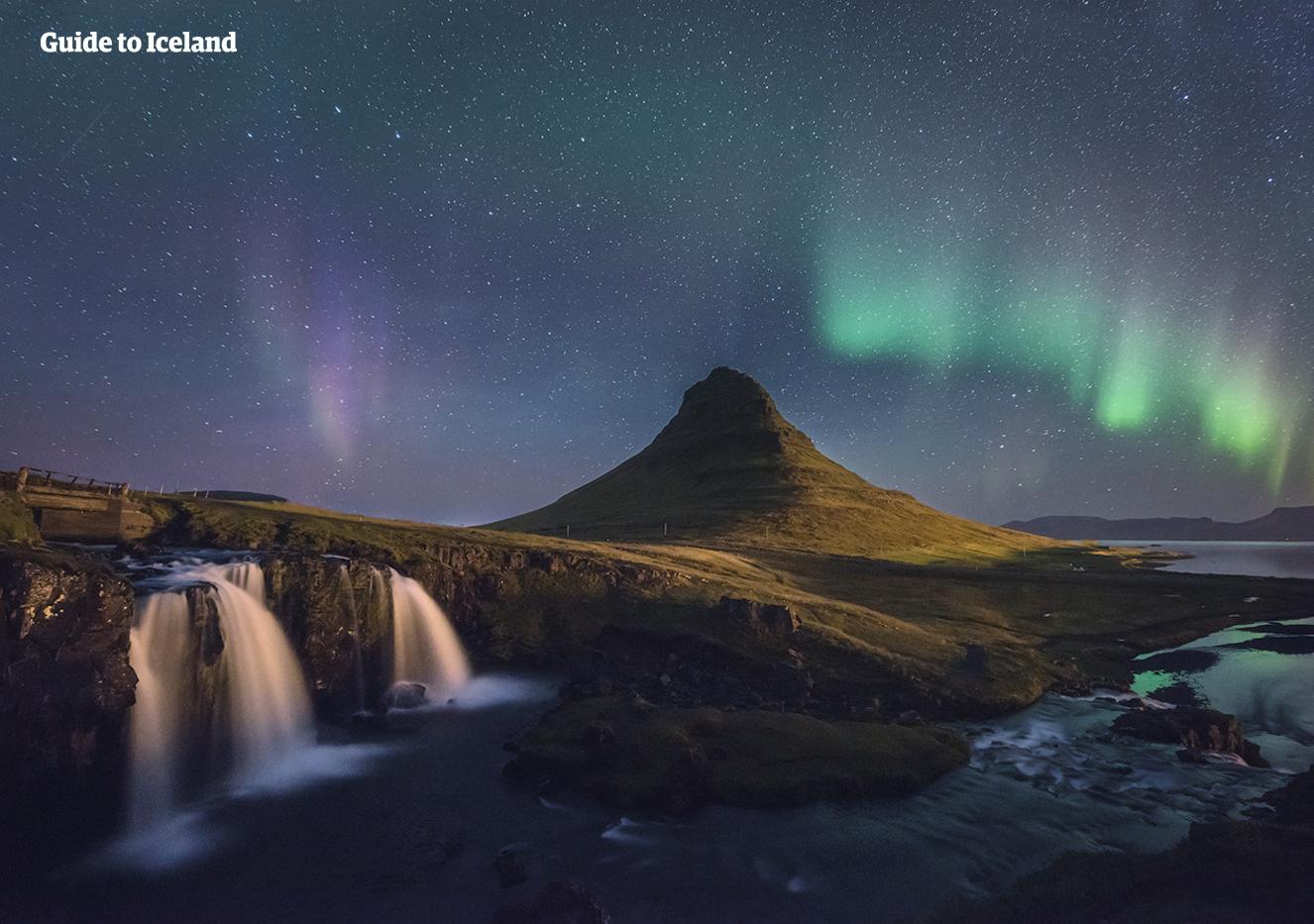 Der Berg Kirkjufell steht stolz unter den atemberaubenden Polarlichtern.