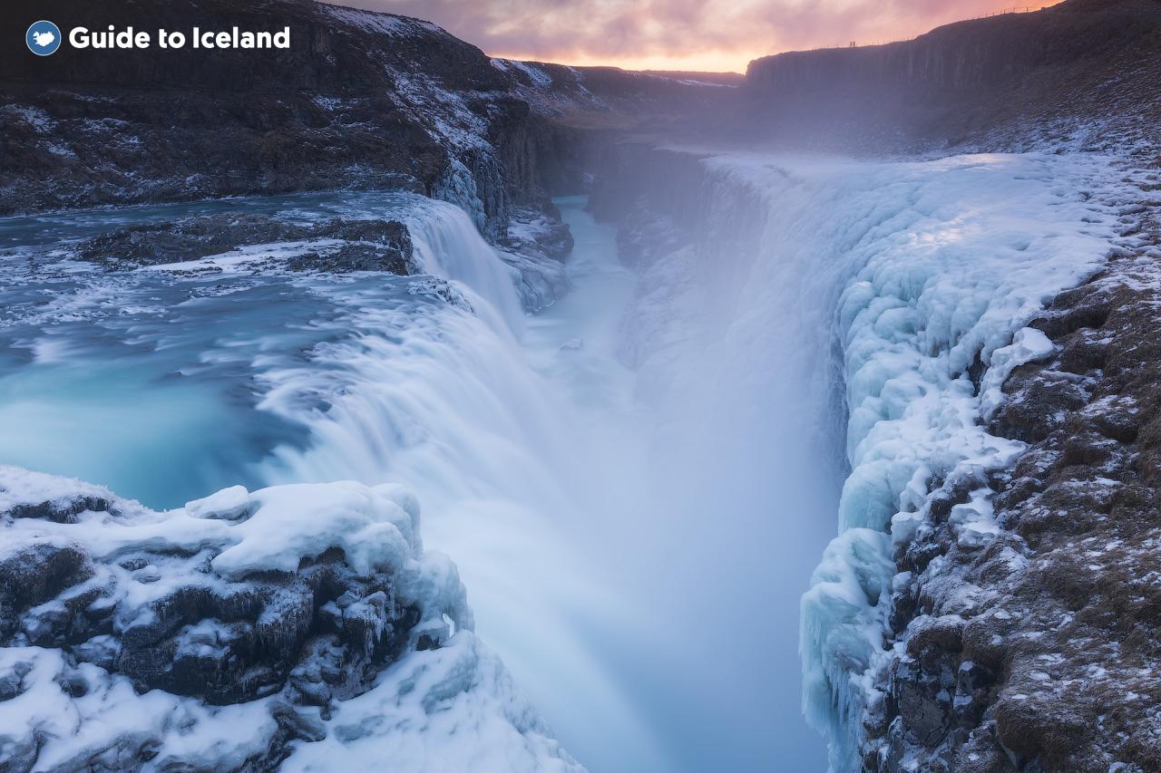 Im Winter wird der Wasserfall Gullfoss von Schnee und Eis vollkommen verwandelt.