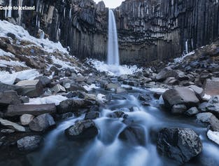 Svartifoss en hiver est une attraction étonnante dans la réserve naturelle de Skaftafell, qui fait partie d'un parc national du sud de l'Islande.