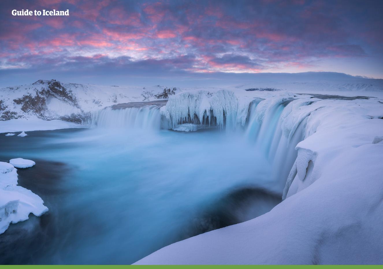冰岛北部冰封雪飘的众神瀑布。