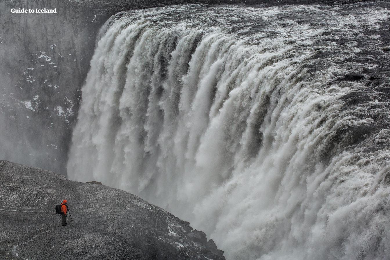 Dettifoss a le débit le plus puissant de toute chute d'eau en Europe.