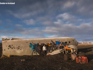 In Südisland gibt es ein altes Flugzeugwrack, das Reisende besichtigen können.
