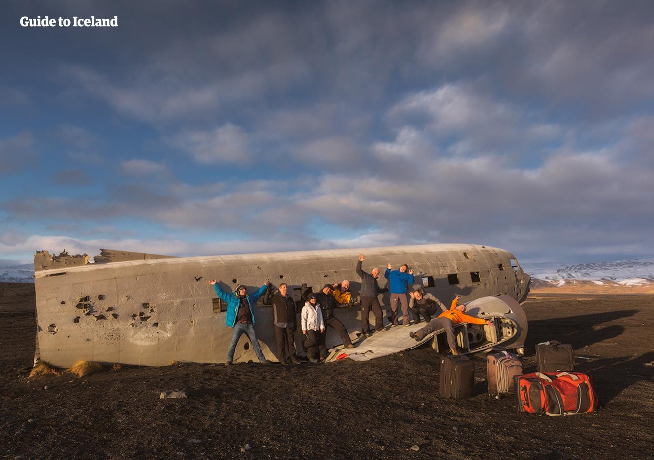 På södra Island finns det ett gammalt flygvrak som gästerna kan besöka.