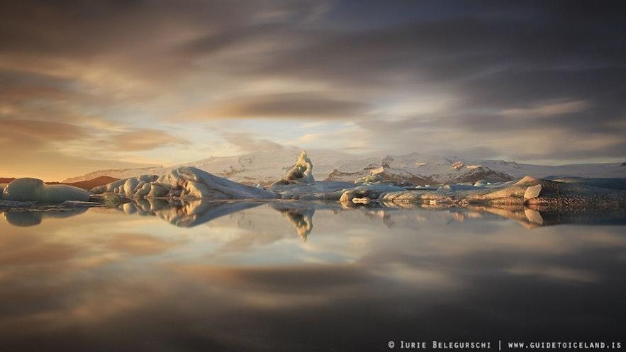 Góry lodowe wypełniające lagunę Jokulsarlon.