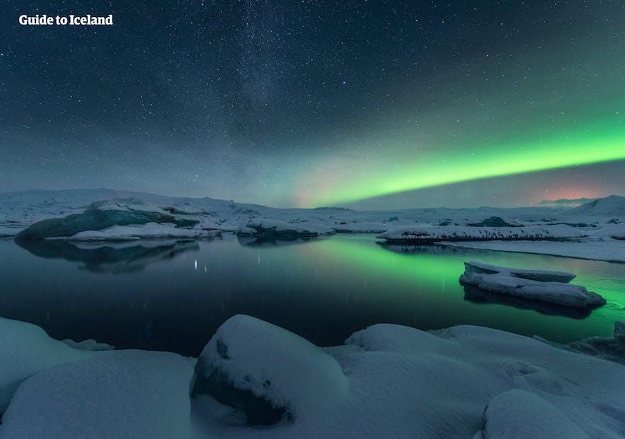 在冰岛动人的极光下工作别是一番体验