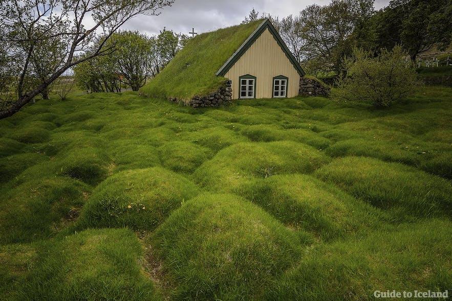 Hofskirkja草皮教堂位于冰岛南岸,是最后一座以草皮风格修建的冰岛教堂,因此也是冰岛最年轻的草皮教堂