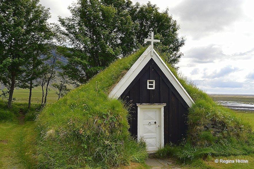Núpsstaðakirkja位于冰岛南岸的瓦特纳冰川(Vatnajökull)脚下,是冰岛最小的草顶教堂