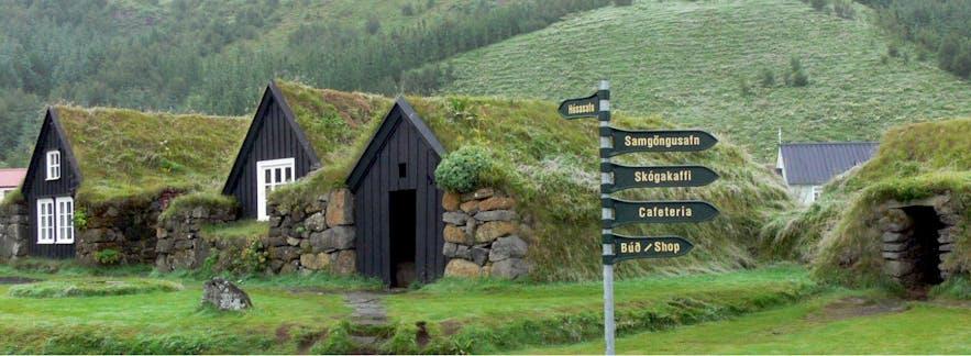 斯科加瀑布(Skógafoss)旁的斯科加尔(Skógar)民俗博物馆是了解冰岛传统建筑的绝佳地点,博物馆由民俗博物馆、露天博物馆、交通博物馆等展馆组成
