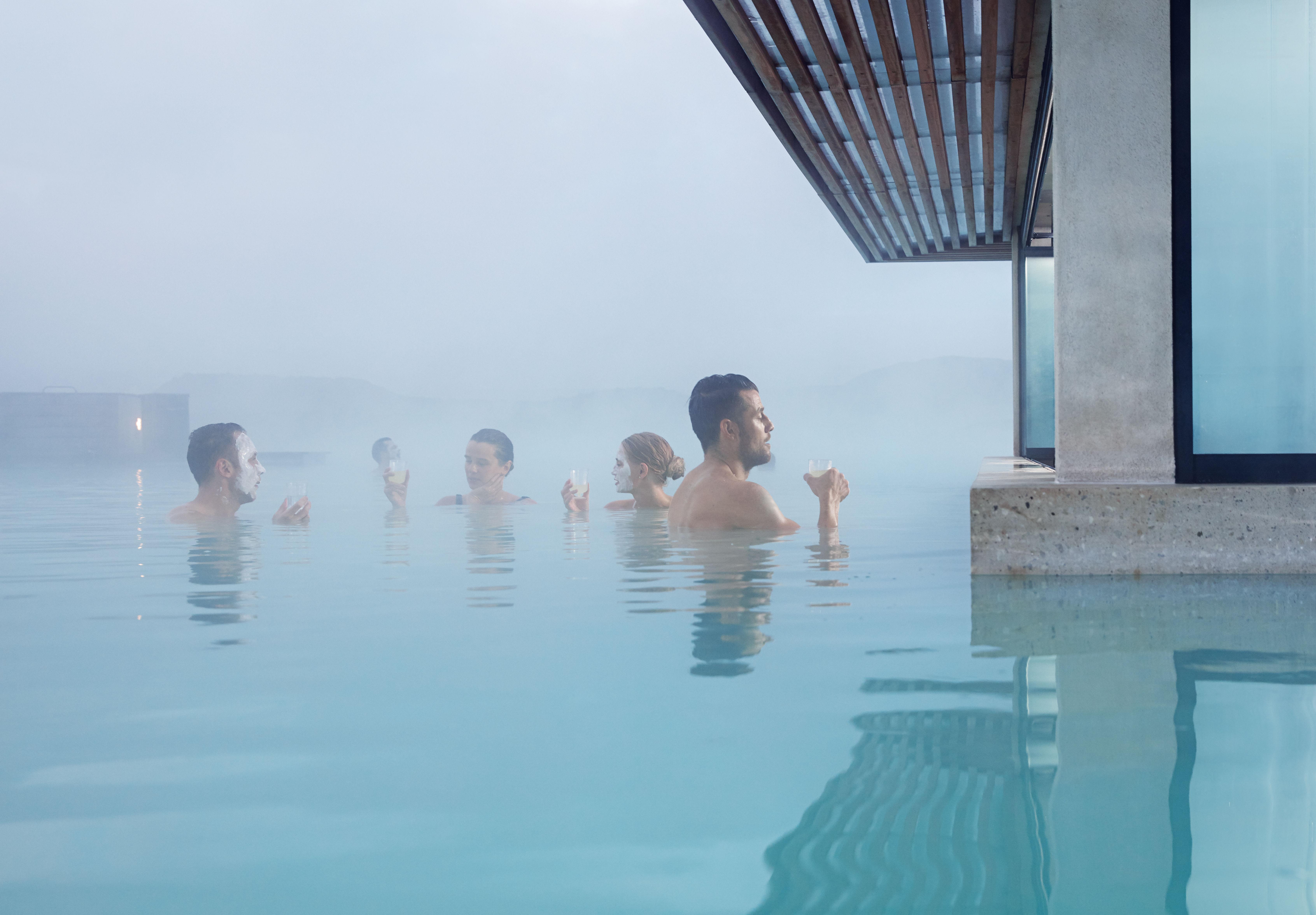 Gäste genießen ihre Zeit in der Blauen Lagune.
