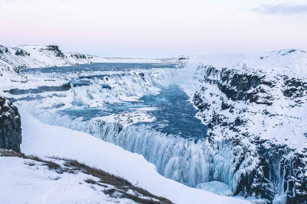 Wodospad Gullfoss to część słynnej trasy Złotego Kręgu na południu Islandii, tutaj podczas zimy.