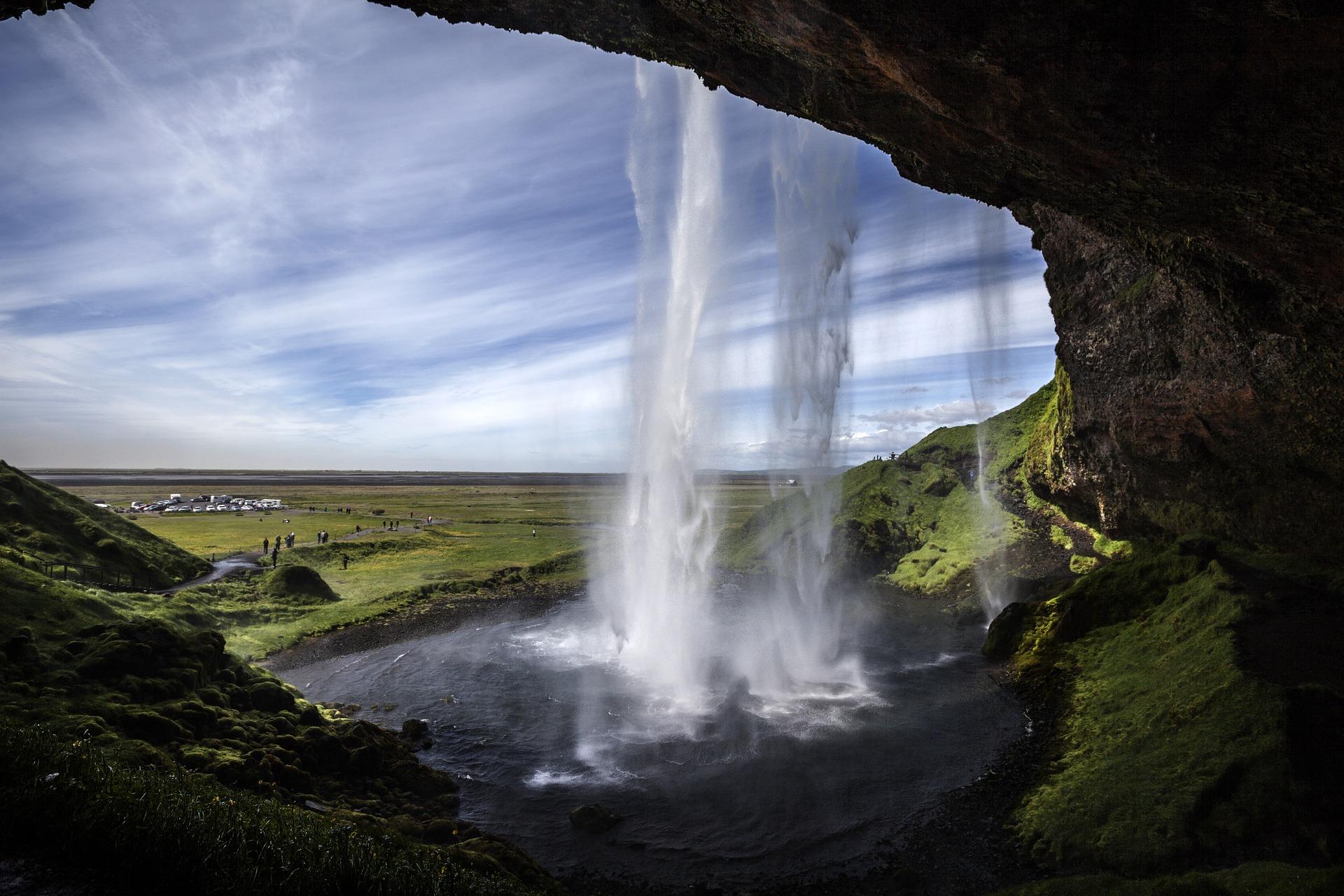 ทิวทัศน์จากด้านหลังม่านน้ำตกเซลยาแลนศ์ฟอสส์บนชายฝั่งทางใต้ของประเทศไอซ์แลนด์