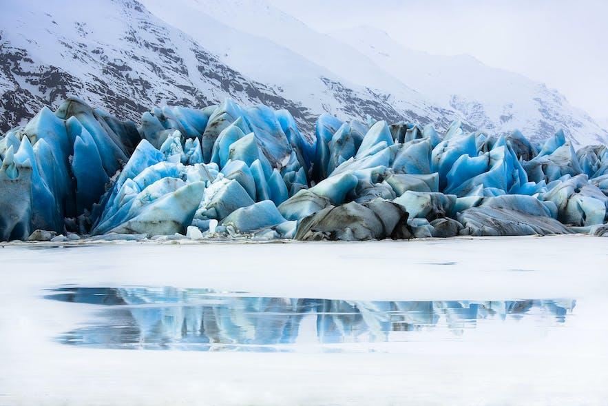 冰岛南岸瓦特纳冰川的分支Heibergsjökull脚下的小小冰湖:Heinabergslón