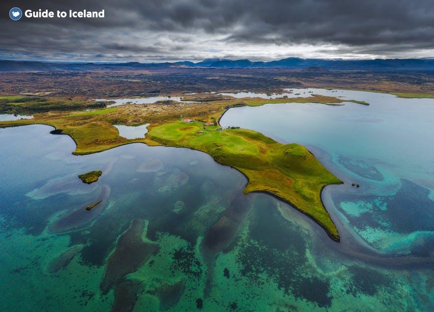 冰岛北部米湖地区有许多迷人的旅游景点,例如Skútustaðagígar假火山口、黑色城堡Dimmuborgir火山熔岩地和Námaskarð地热区
