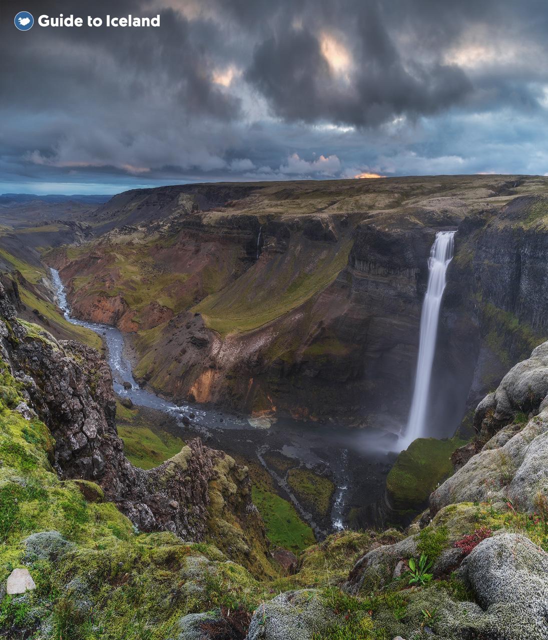 冰岛东部的亨吉瀑布Hengifoss是冰岛第三大瀑布