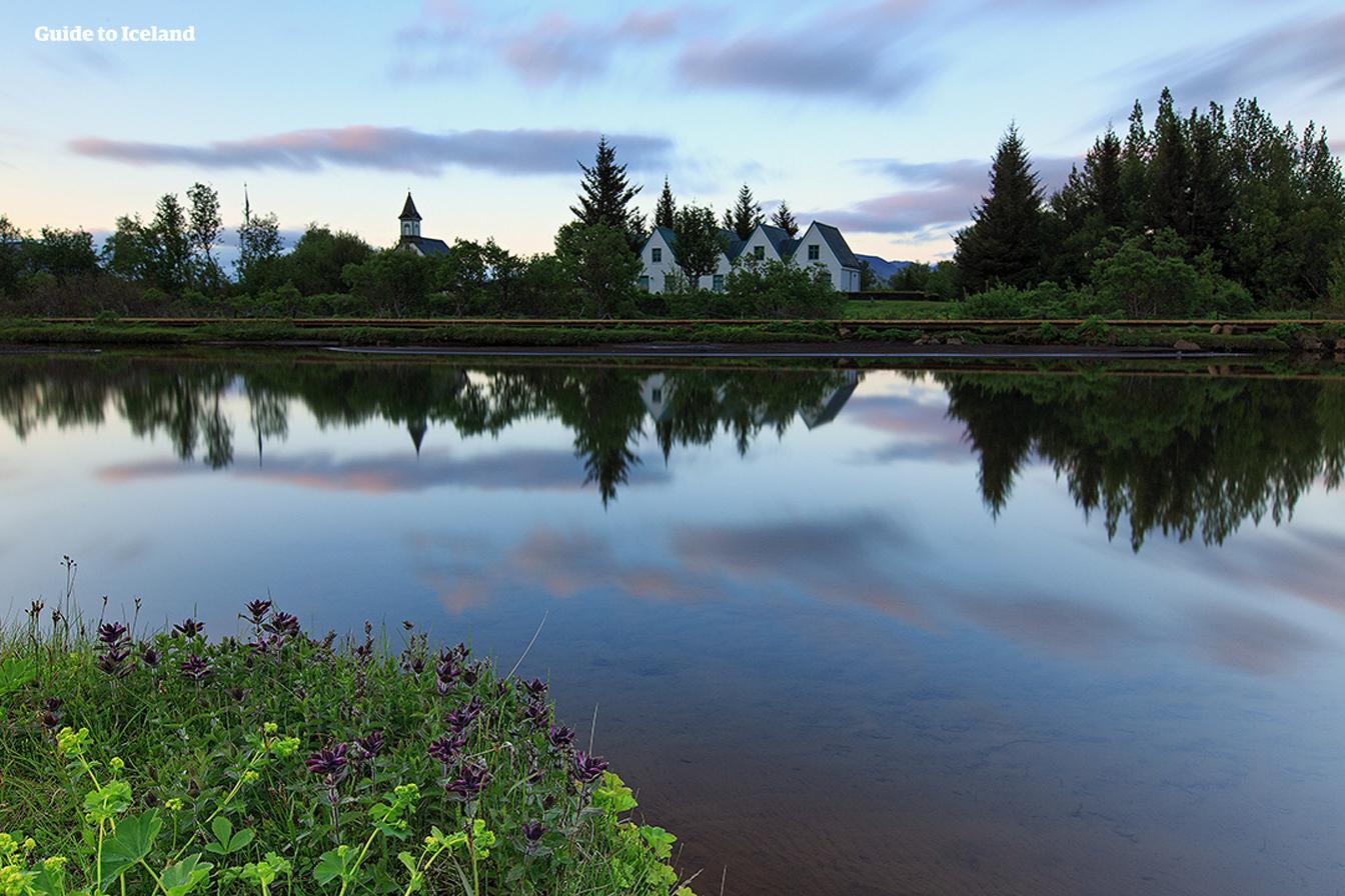 Krystalicznie czysta woda w Parku Narodowym Þingvellir późnym latem.