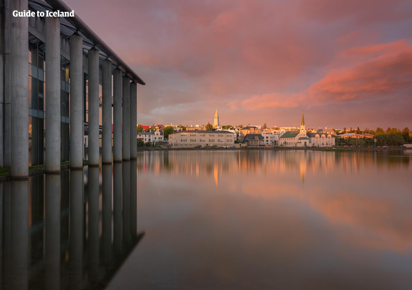 Sommerstimmung im Kulturhaus Idno in der Nähe des Rathauses und des Stadtsees von Reykjavík.