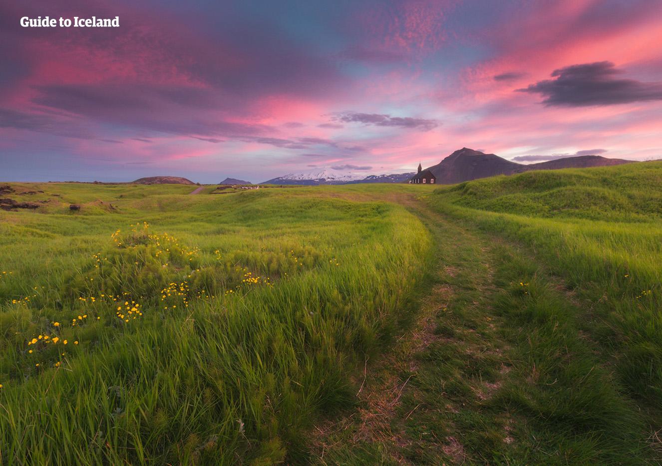En vei på Snæfellsnes leder til kirken i Buðir og, et stykke lenger unna, Snæfellsjökull.
