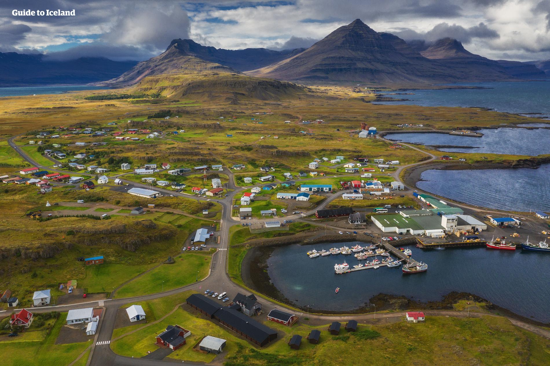 ในทางไอซ์แลนด์ตะวันออก คุณจะได้สำรวจความมหัศจรรย์ทางธรรมชาติและทัศนียภาพที่งดงามในทุกที่ที่คุณไป.
