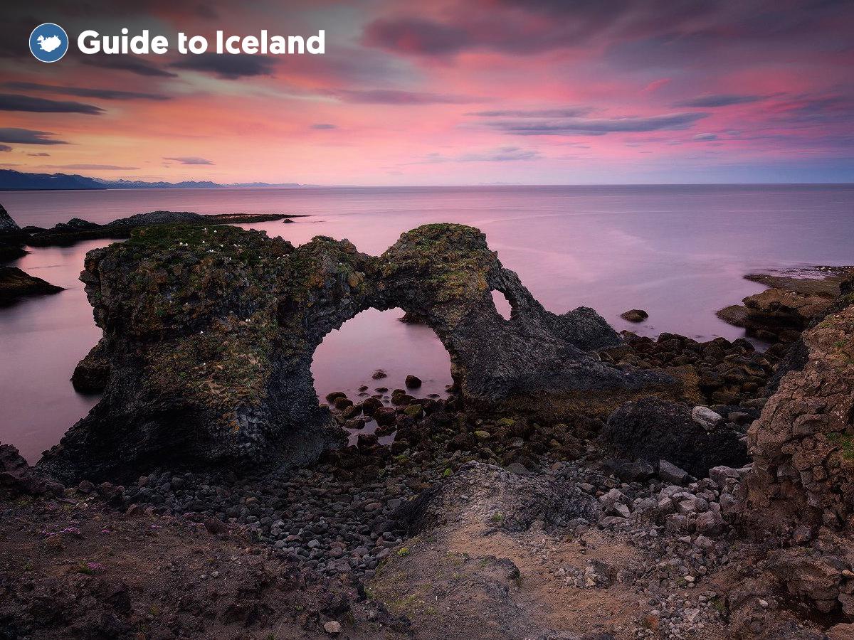 Die Felsformation Gatklettur vor der Küste der Halbinsel Snaefellsnes hat eine unverwechselbare Form.
