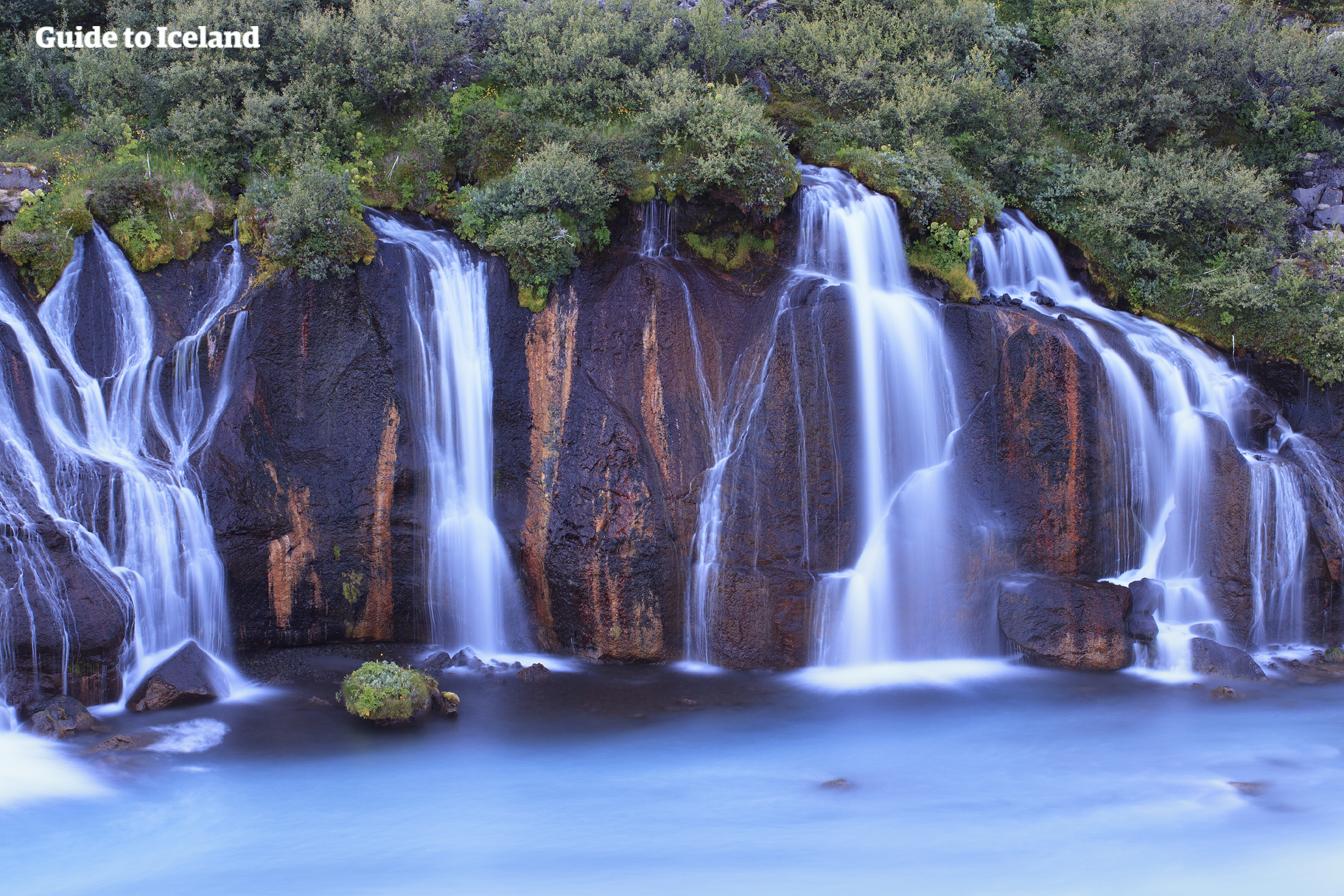 冰岛西部的熔岩瀑布从熔岩原下汩汩流出,景色迷人。