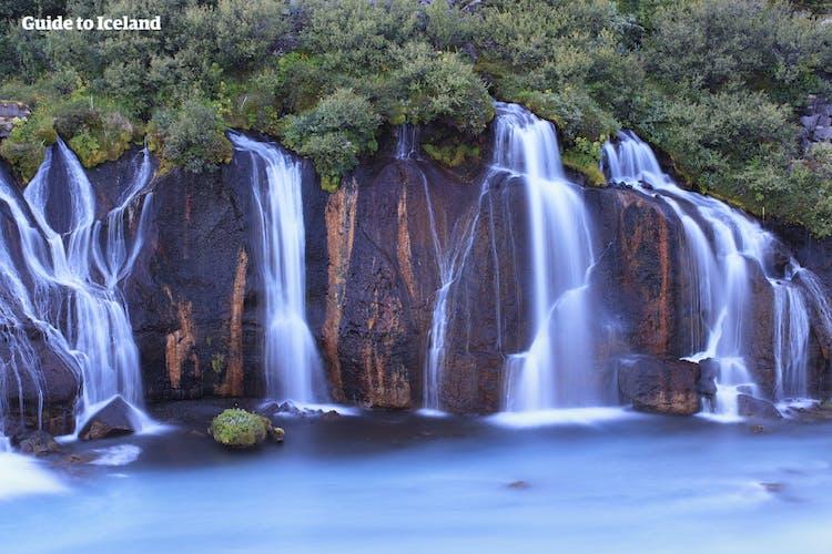 Hraunfossar to seria delikatnych wodospadów płynących z pola lawy.