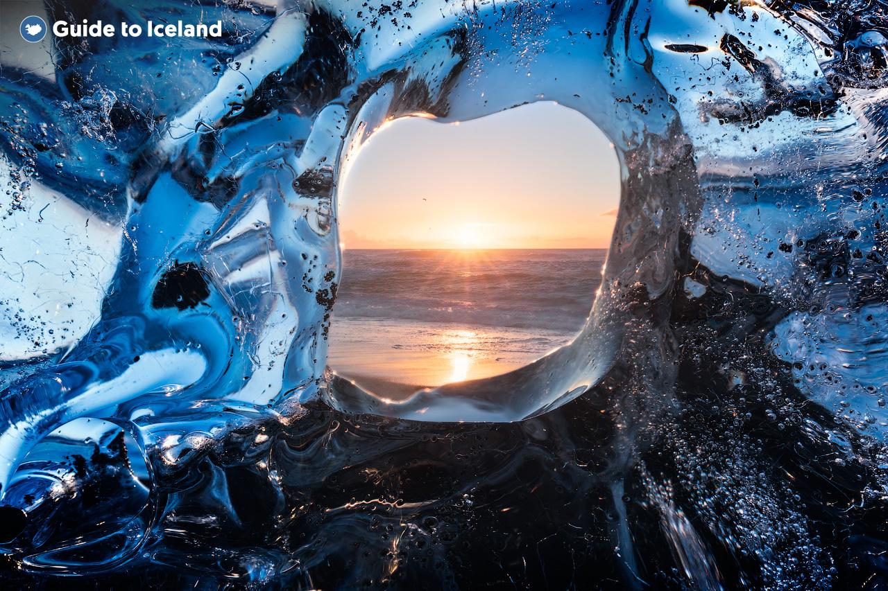 Góry lodowe dryfujące po lagunie Jokulsarlon, możesz je podziwiać cały rok.