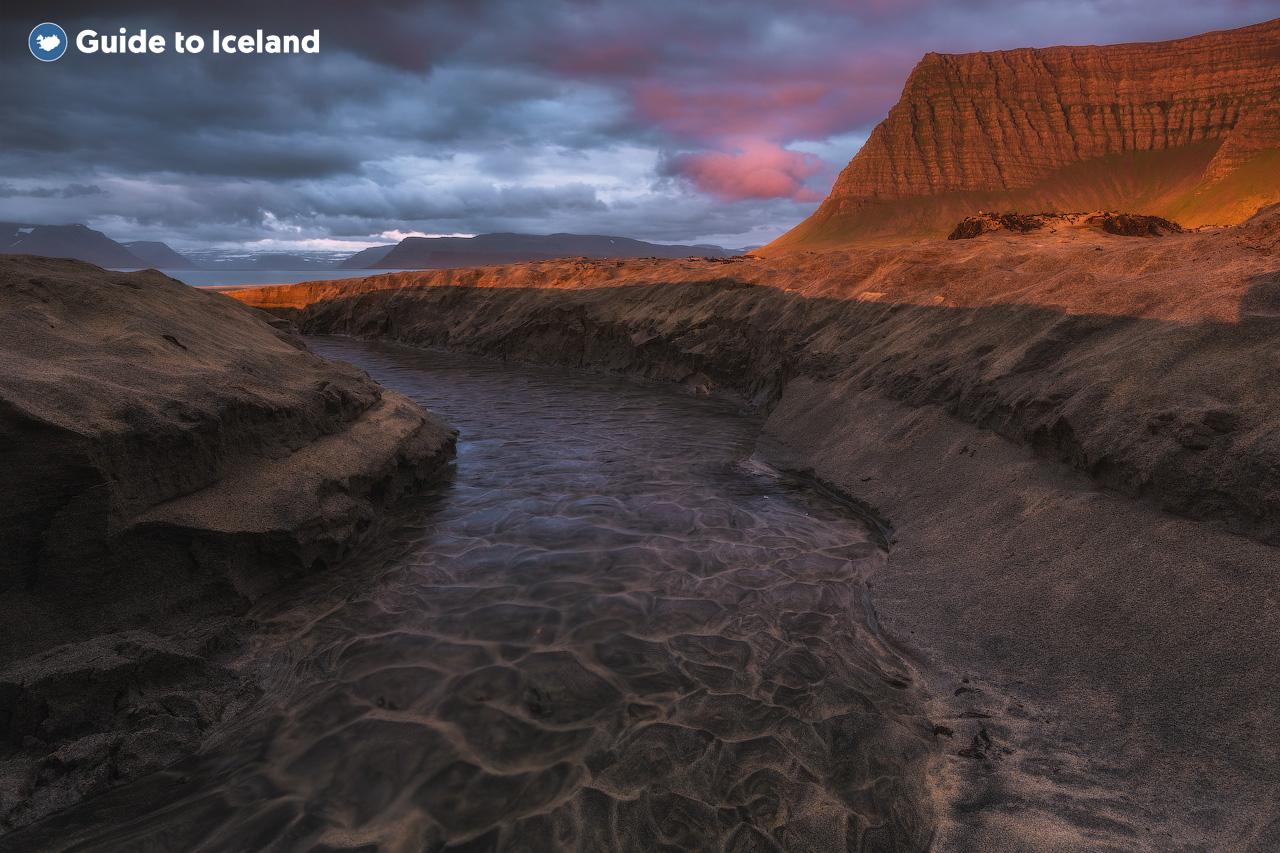 在冰岛西峡湾的拉特拉尔角观赏海鹦
