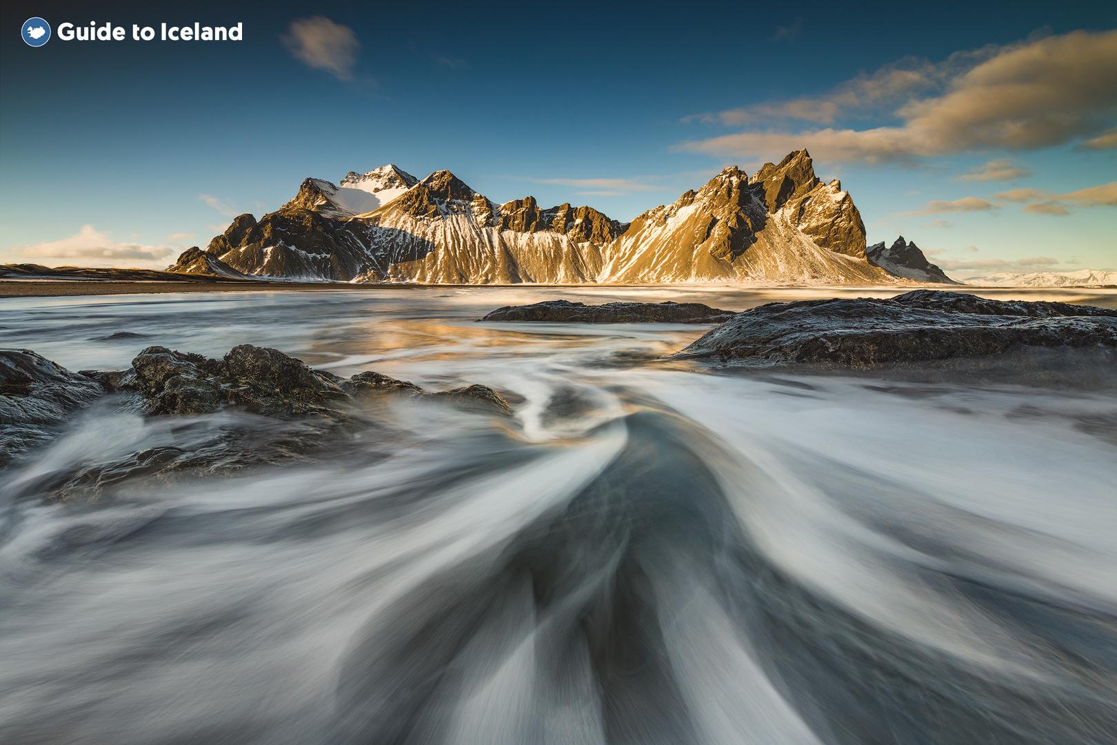 En el sudeste de Islandia hay una montaña de gabro llamada Vestrahorn.