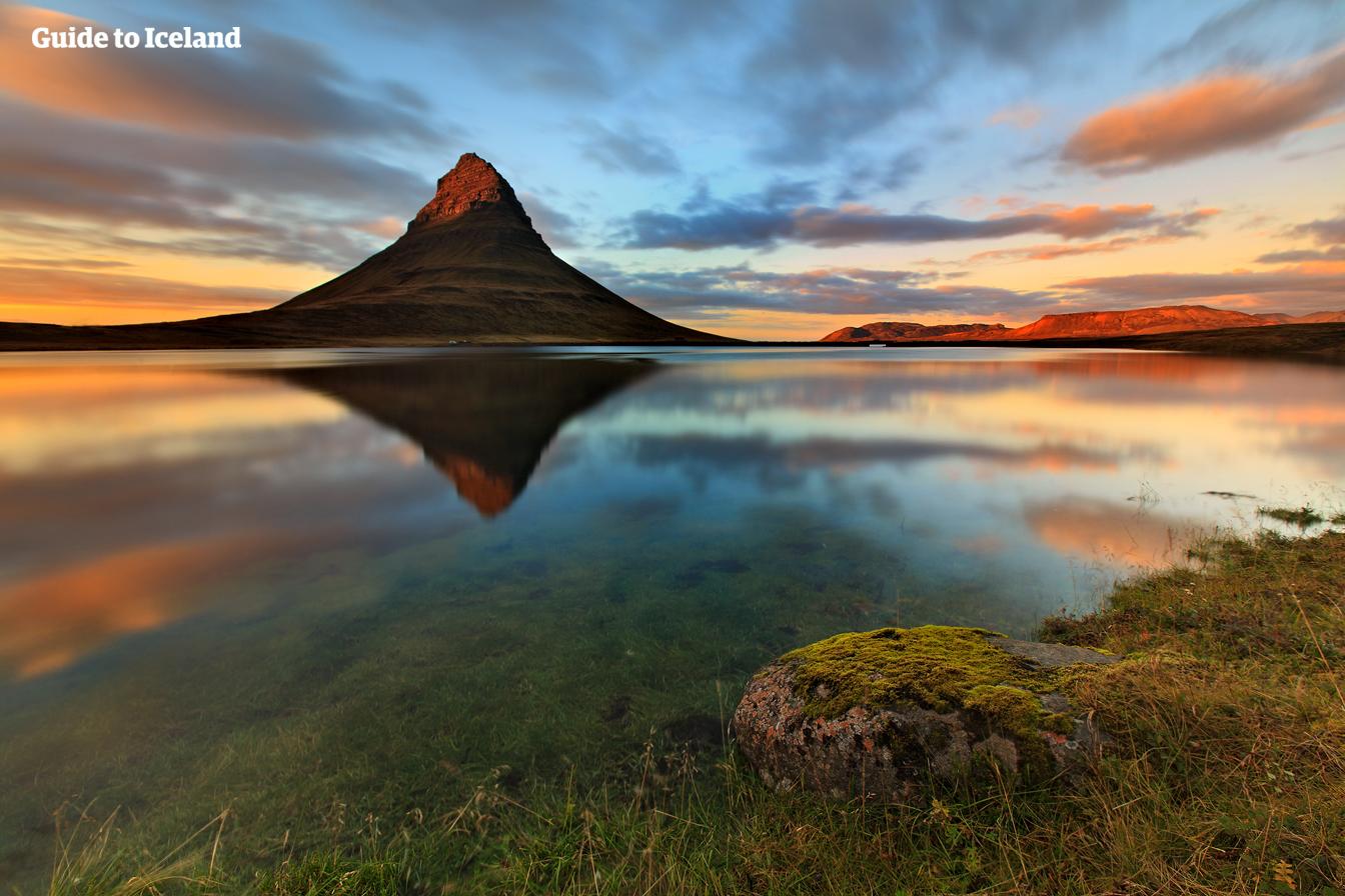 Med en sildrende foss i forgrunnen er fjellet Kirkjufell på Snæfellsnes et av de mest magiske motivene på Island