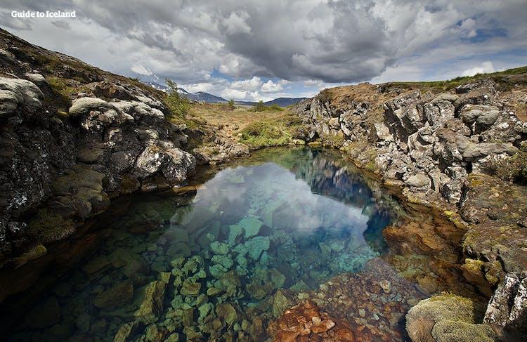 Topniejąca woda z lodowca Langjokull wypełnia słynną szczelinię Silfra, która znajduje się w Parku Narodowym Thingvellir.