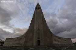 Charakterystyczny budynek w Reykjaviku, kościół Hallgrímskirkja, skąpany w promieniach letniego słońca.