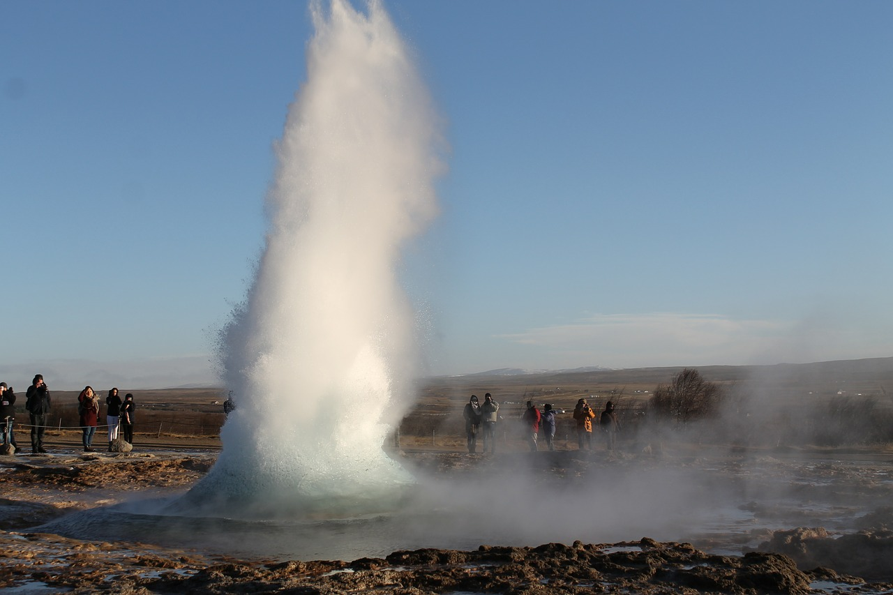 Der beliebte Geysir Strokkur, der fast alle 5 Minuten bis zu 20 Meter in die Luft schießt.