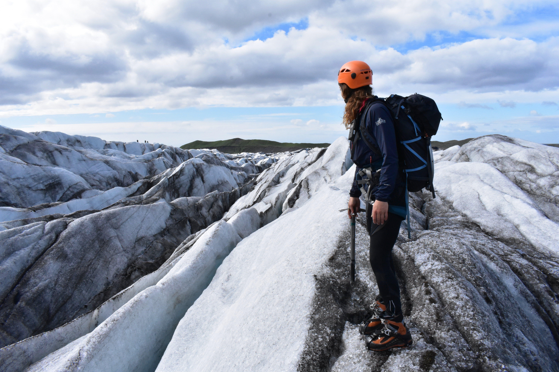Un excursionista en la cima de un glaciar en la costa sur de Islandia.