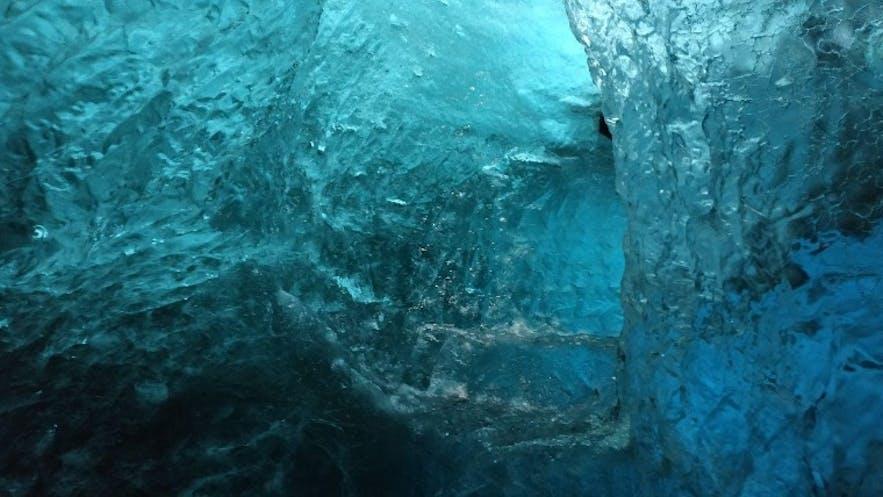 Túnel de hielo en la cueva