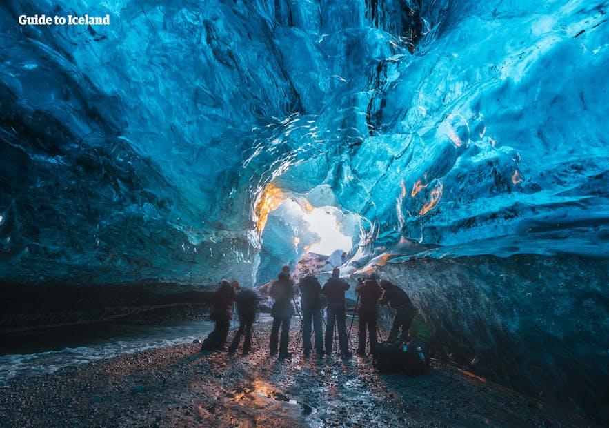 阳光透进冰洞