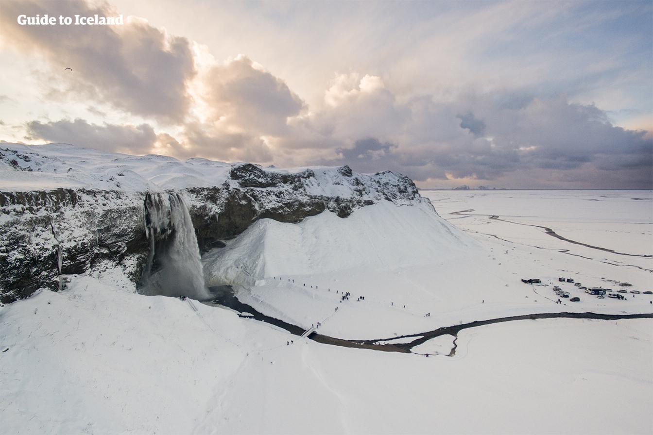 Un camino rodea completamente la cascada de Seljalandsfoss en la Costa Sur, que puede tomarse siempre que las condiciones no sean demasiado peligrosas.