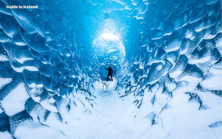 ヨーロッパ最大の氷河、ヴァトナヨークトル氷河にできる氷の洞窟