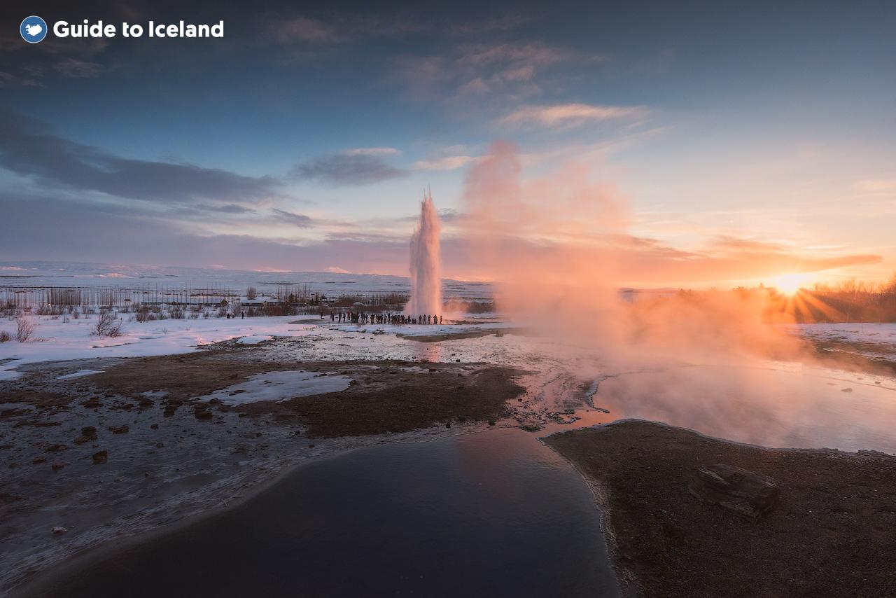 Het geothermische gebied Haukadalur is tijdens de wintermaanden de perfecte plek als je wilt begrijpen waarom IJsland bekend staat als het land van 'ijs en vuur'.