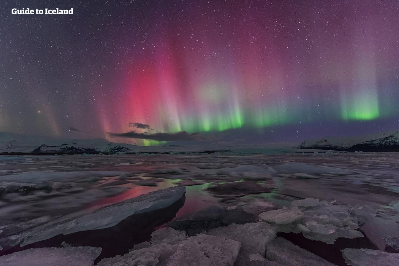 Jökulsárlón har doblet seg i størrelse i løpet av et femten år, men er liten i forhold til nordlyset som brer seg utover himmelen.