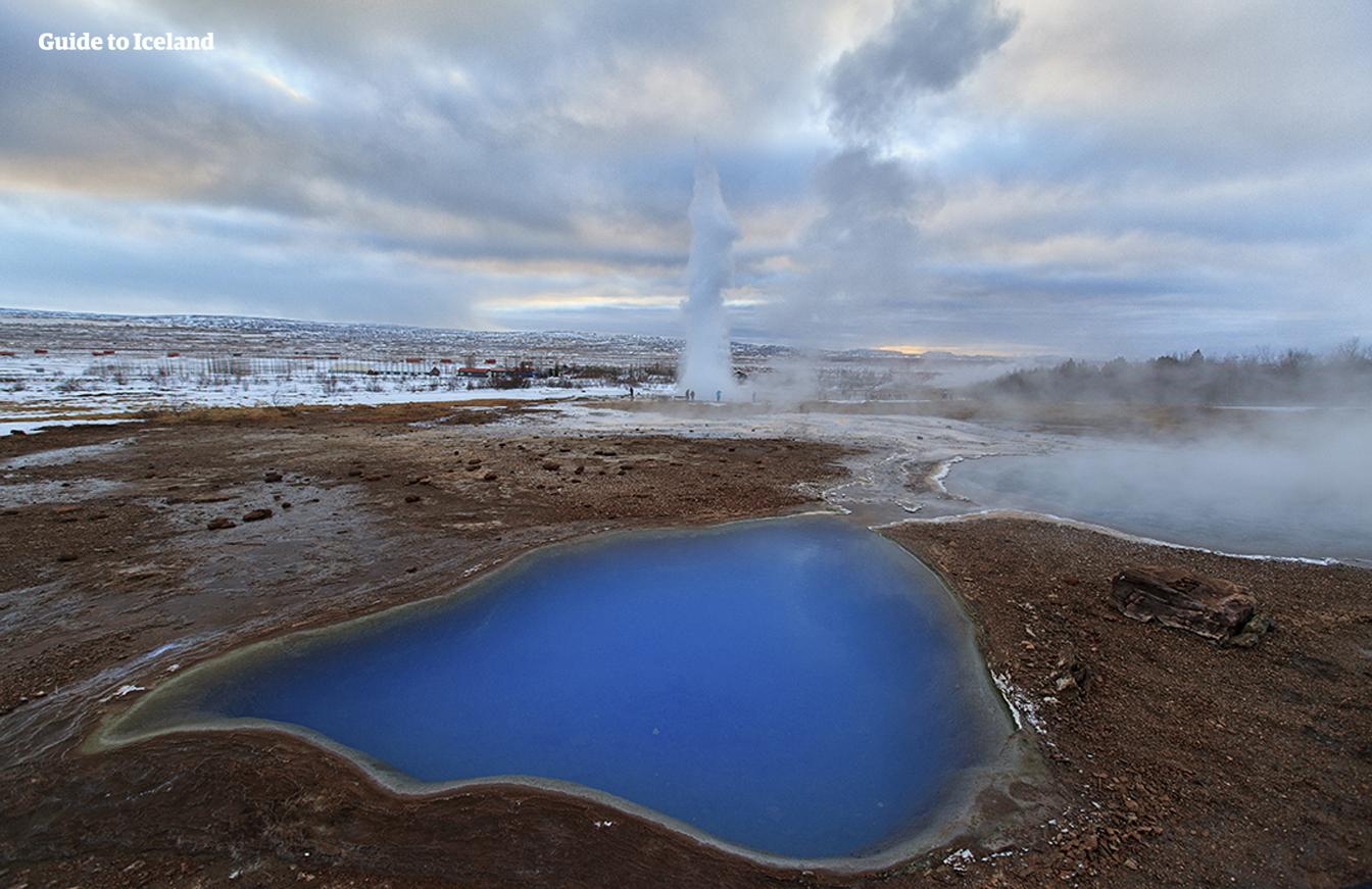 Gejsrarna som får utbrott i det geotermiska området Geysir är ett måste att besöka när du åker längs Gyllene cirkeln.