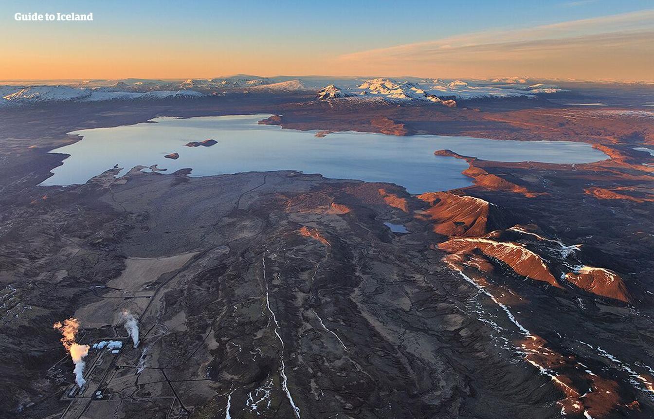 En el Parque Nacional Þingvellir, los visitantes pueden descubrir edificios históricos, manantiales glaciares, cascadas, acantilados y campos de magma secos.